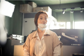 Kim Min Kyung as older Min Young (2037) Image Source: tvN