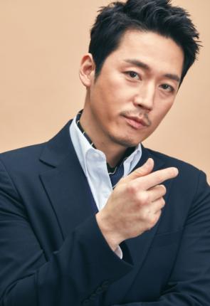 Jang Hyuk as Doo Chil Sung Image Source: SBS